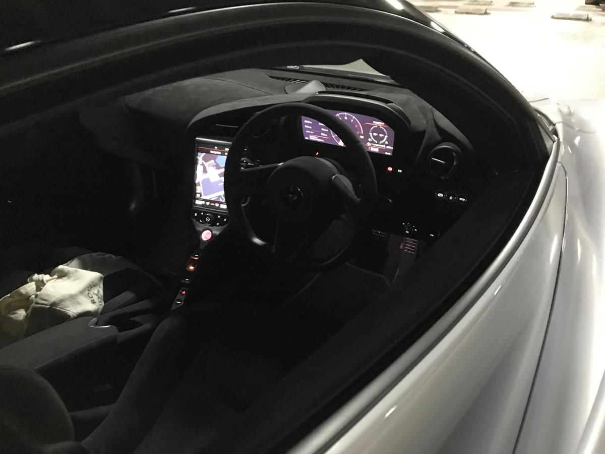 マクラーレン720S、運転席