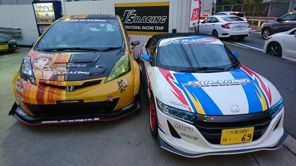 ジェイズレーシングの入り口に並んでいるデモカー二台